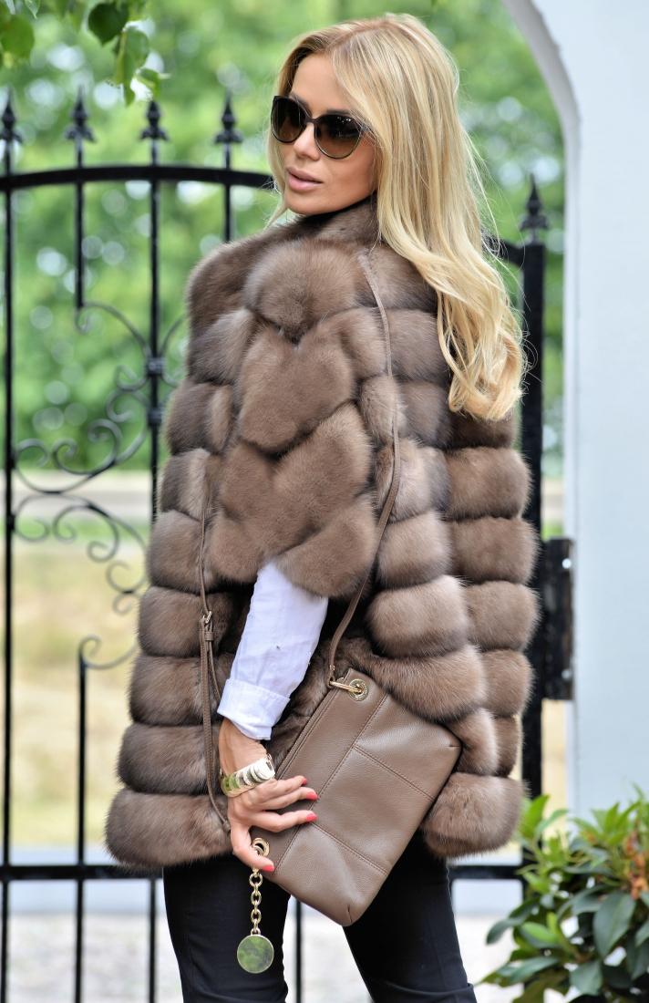 57d8fcdc Derfor har spørsmålet om hva du skal ha på en pels, ikke særlig skarphet.  Dette kan vi si er universelt yttertøy og alt avhenger av lengden og kuttet.