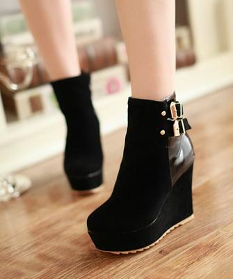 9e5e556d1dd508 Ці зимові черевики можуть зробити свою господиню вище до 20 см, тому  стилісти рекомендують носити таку стильне взуття дівчатам невисокого і  середнього ...