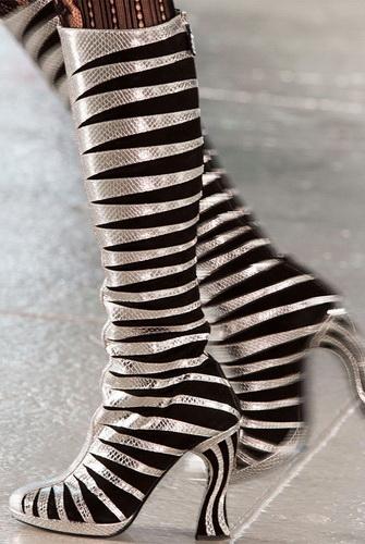 19bb9fc9be52d5 ... але Emanuel Ungaro славиться своїм умінням догодити дамам - його  витончені чобітки з високою халявою, на плоскій підошві з незмінним гострим  носиком ...